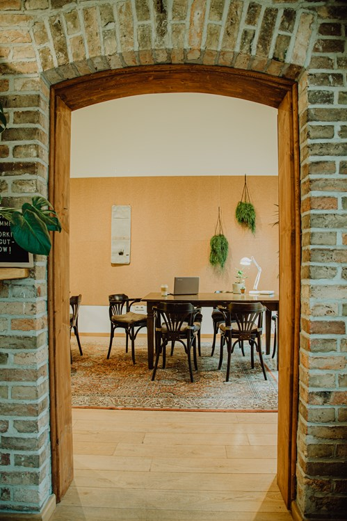 Coworking Space: Zugang Arbeitsraum vom Café aus. - Co Working & Vacation// Rittergut Damerow