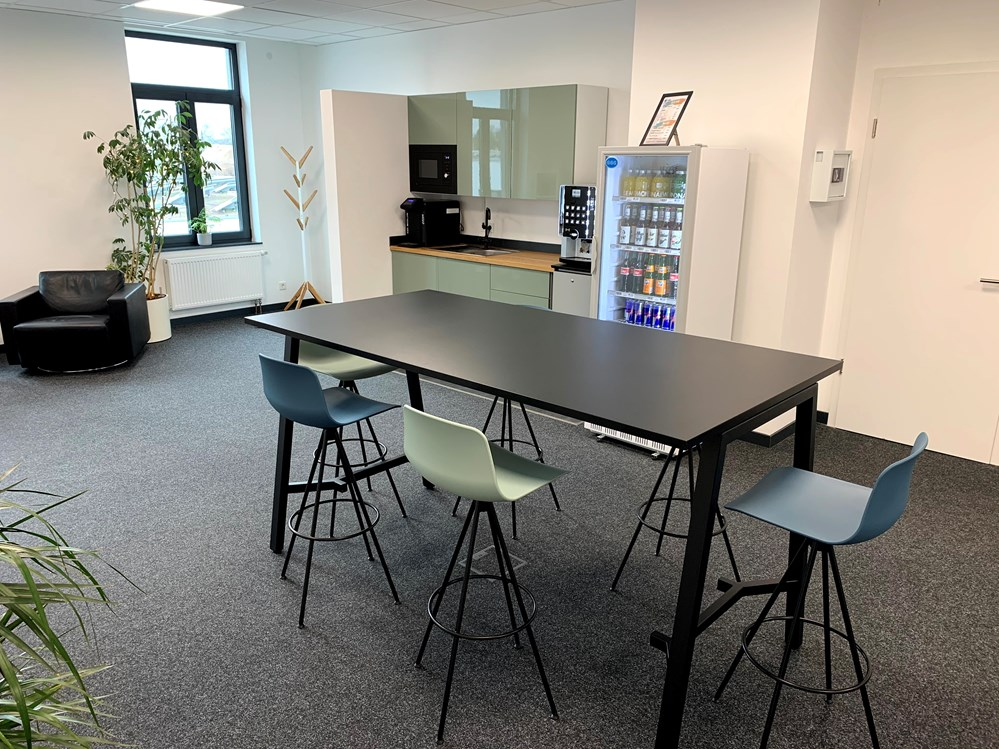 Coworking Space: Eingangsbereich, Teeküche, Open Space, Shared Desk/Hot Desk - cde coworking